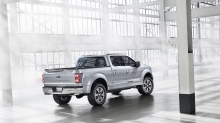Темная тень от Ford Atlas Concept в светлом помещении