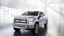 Солнечные лучи прорываются сквозь окна позади белого Ford Atlas Concept