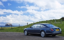 Синий Bentley Mulsanne на берегу острова в океане