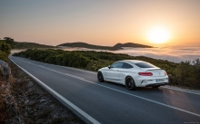 Белый Mercedes-AMG C 63 S Coupe, 2016, закат, пейзаж, горы, облака, трасса, серпантин, sunset, sun, road, race, mountains, sky, white, nature, landscape