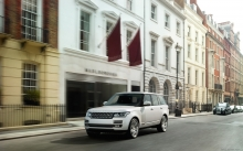 Белый Range Rover около отеля Marlborough