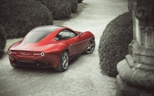 Красная Alfa Romeo Disco Volante by Touring Superleggera, колонна, двор, кусты