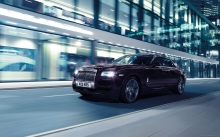 Вид спереди на Rolls-Royce Ghost в ночном городе