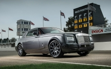 Серебристый Rolls-Royce Phantom Coupe на трековой трассе