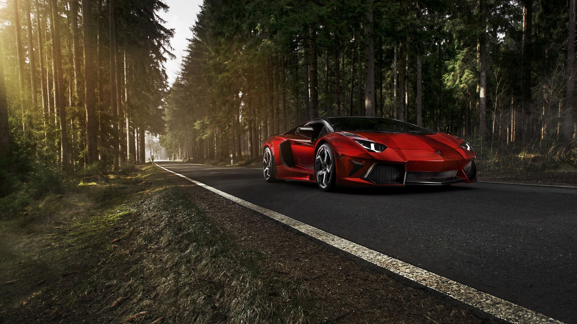 Яркий снимок красного Lamborghini Aventador на дороге