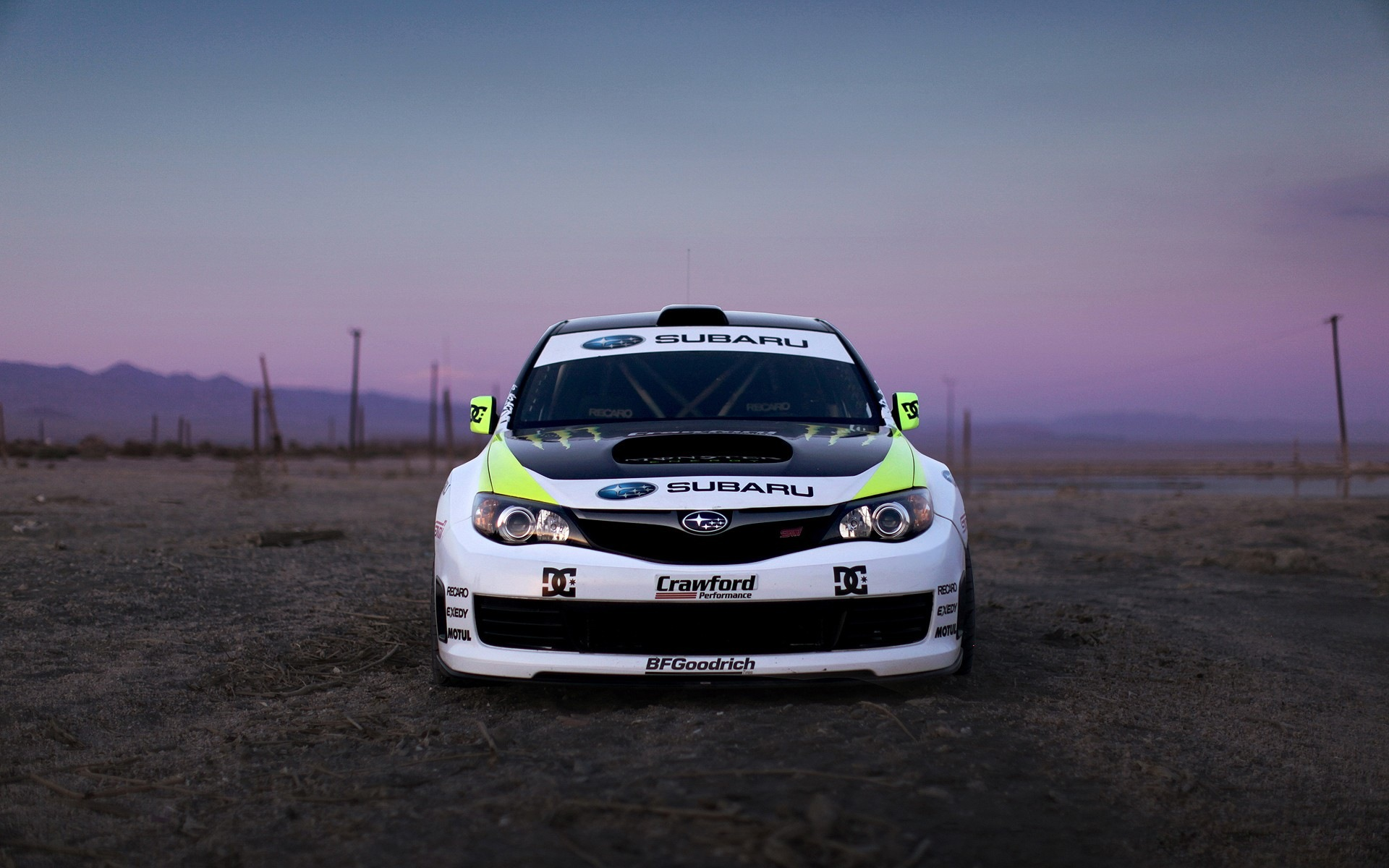 Вид спереди на Subaru Impreza Monster Energy .