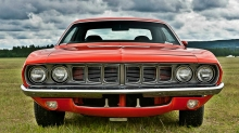 Красный Plymouth Barracuda прилег  на травку, вид спереди
