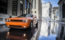 Отражение Dodge Challenger RT на асфальте, улица, город, вода